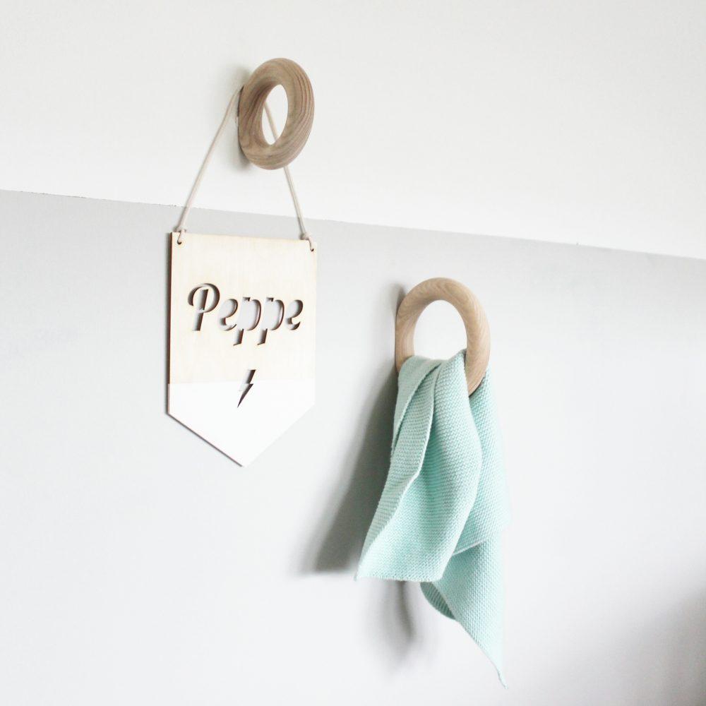 Origineel houten naambord met naam van kind. Leuk als kraamcadeau, geboortecadeau of voor in de kinderkamer.